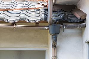 汚れが目立ってきている場合や、コケやカビが出てきている場合には、塗装の耐久性や防水能力が低下してきている可能性があります。